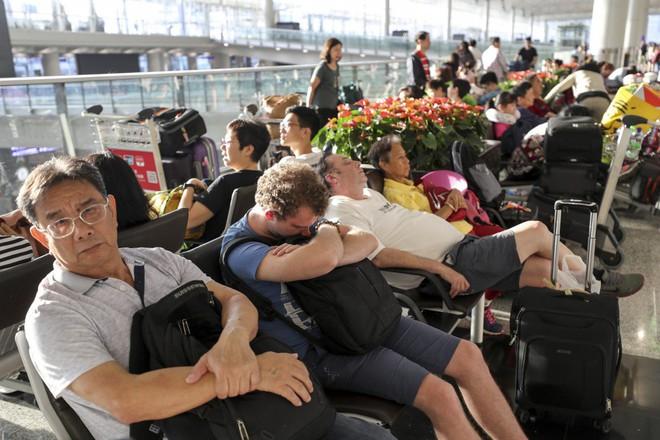 Hong Kong tiếp tục hủy hơn 300 chuyến bay, người biểu tình khẳng định sẽ còn quay lại - Ảnh 3.