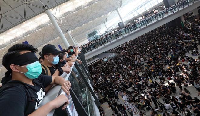 Hong Kong tiếp tục hủy hơn 300 chuyến bay, người biểu tình khẳng định sẽ còn quay lại - Ảnh 4.