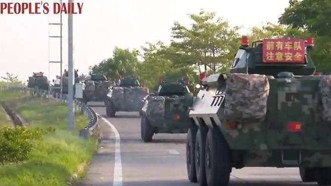 Tuyên bố biểu tình có dấu hiệu khủng bố, Trung Quốc điều xe bọc thép áp sát Hong Kong - Ảnh 1.