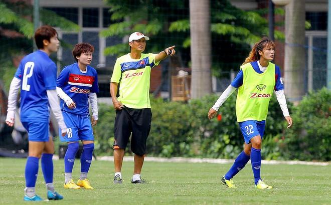 Huấn luyện viên Mai Đức Chung muốn các cầu thủ nữ đều lập gia đình