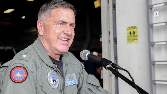 Cảnh hiếm thấy trên tàu sân bay Mỹ sẵn sàng đánh Iran - ảnh 1