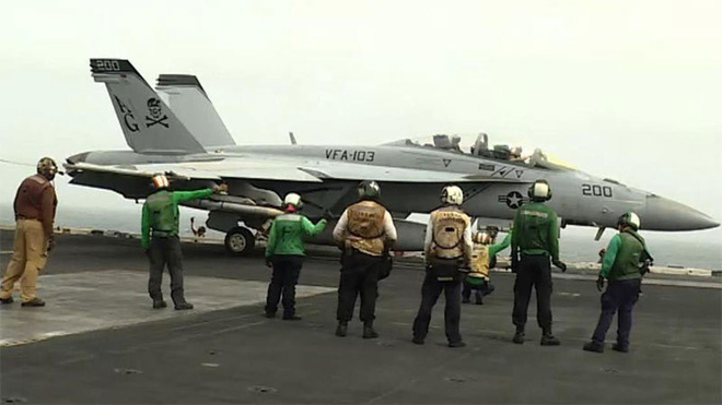 Cảnh hiếm thấy trên tàu sân bay Mỹ sẵn sàng đánh Iran - ảnh 2