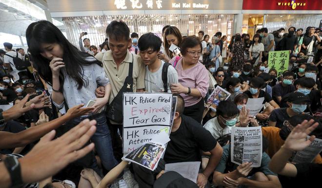 Khủng hoảng lên đỉnh điểm: Bất lực vì người biểu tình chiếm sân bay, Hồng Kông lại hủy toàn bộ chuyến - Ảnh 2.