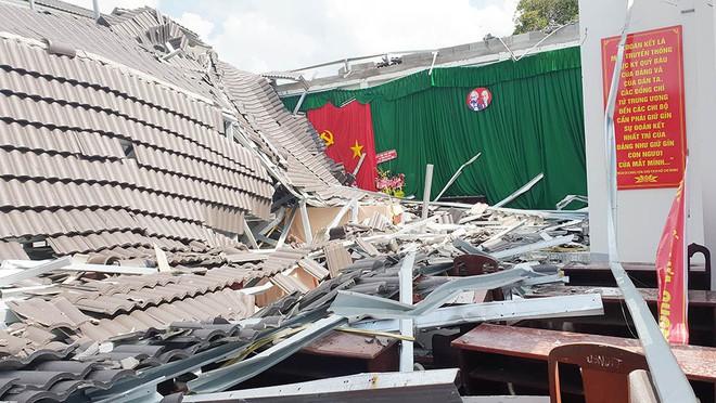 Hội trường thị trấn ở Hậu Giang bất ngờ đổ sập sau 8 tháng bàn giao - Ảnh 1.