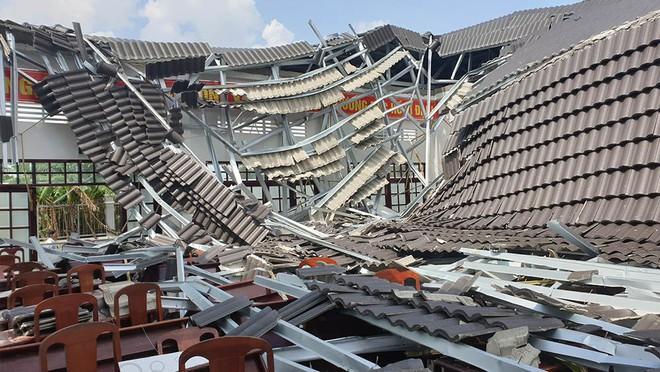 Hội trường thị trấn ở Hậu Giang bất ngờ đổ sập sau 8 tháng bàn giao - Ảnh 2.