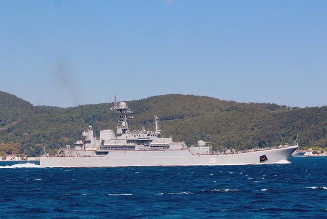 Tàu đổ bộ Nga vận chuyển số lượng lớn xe tăng, xe bọc thép tới Syria - Ảnh 5.