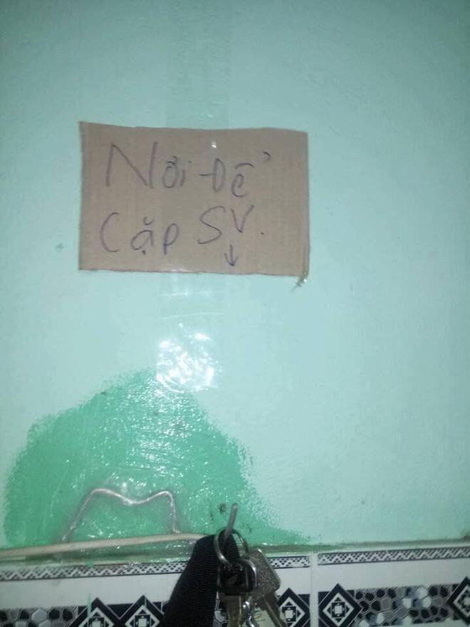 Hàng chục bảng quy định dán khắp phòng trọ của 3 nam sinh khiến ai bước vào cũng phải dè chừng - ảnh 1