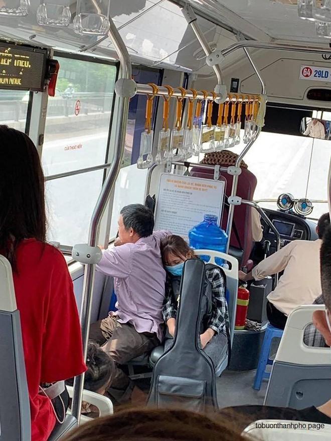 Con gái gục lên vai bố trên xe buýt  hình ảnh chụp trộm khiến nhiều người rưng rưng - ảnh 1