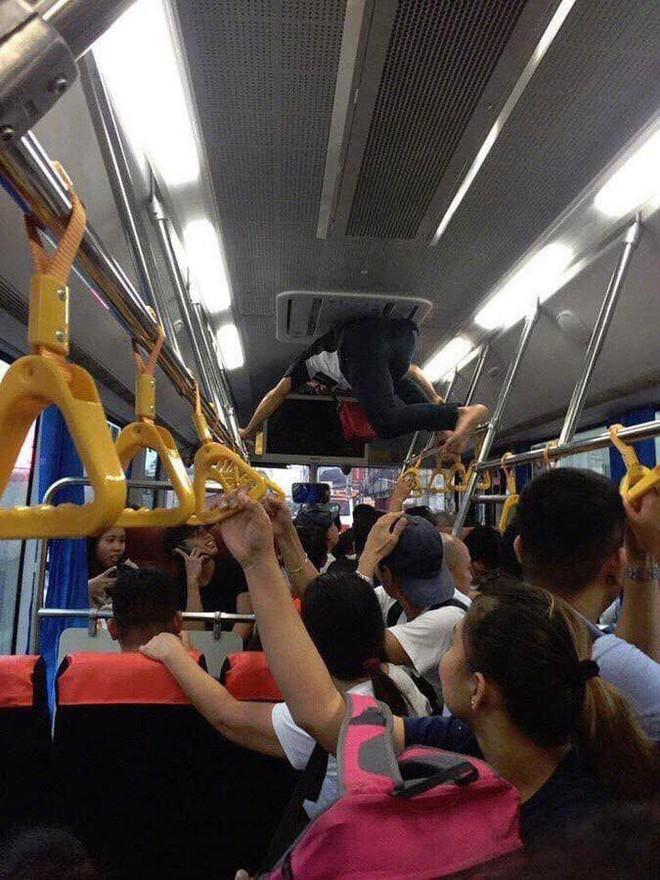 Phụ xe buýt thu tiền kiểu người nhện khiến nhiều khách không dám ngước lên nhìn - Ảnh 3.