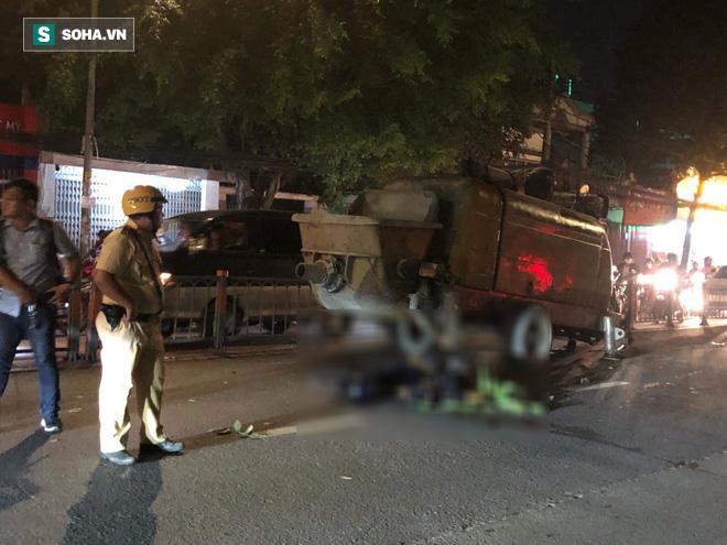 Va chạm máy bơm bê tông, 2 thanh niên đi xe máy ở Sài Gòn tử vong - Ảnh 1.