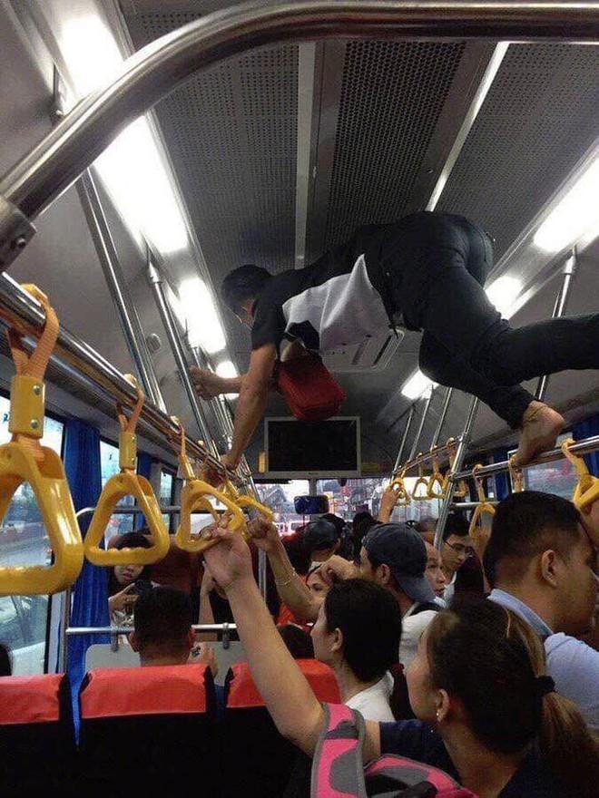 Phụ xe buýt thu tiền kiểu người nhện khiến nhiều khách không dám ngước lên nhìn - Ảnh 2.