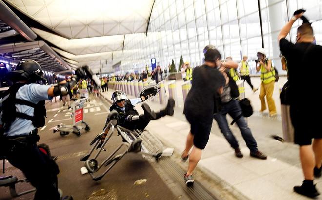 Người đại lục bị bắt trói ở sân bay, nghị sĩ Hồng Kông: Đây là ngày đen tối nhất ở Hồng Kông
