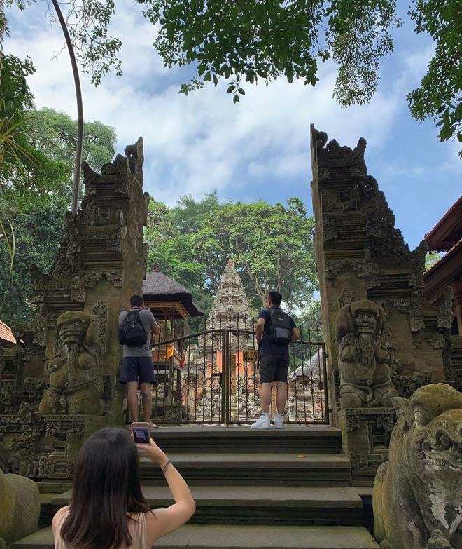 Dùng nước thiêng ở ngôi đền nổi tiếng Bali để… rửa mông, cặp người mẫu bị chỉ trích gay gắt - ảnh 10