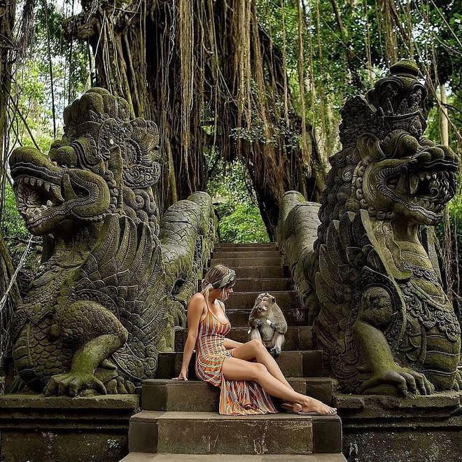 Dùng nước thiêng ở ngôi đền nổi tiếng Bali để… rửa mông, cặp người mẫu bị chỉ trích gay gắt - ảnh 9