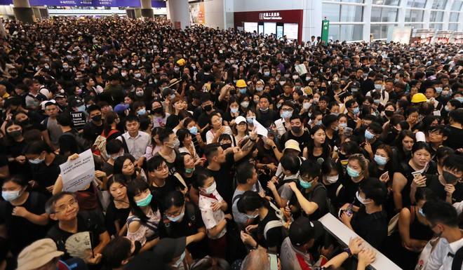 Nói ủng hộ cảnh sát ở sân bay Hồng Kông, thanh niên Trung Quốc bị người biểu tình bắt trói - Ảnh 2.