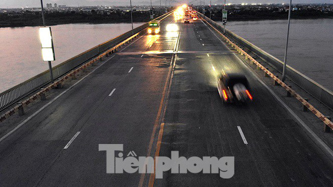 Vì sao cầu Thăng Long rung lắc mỗi khi xe ô tô đi qua? - Ảnh 1.