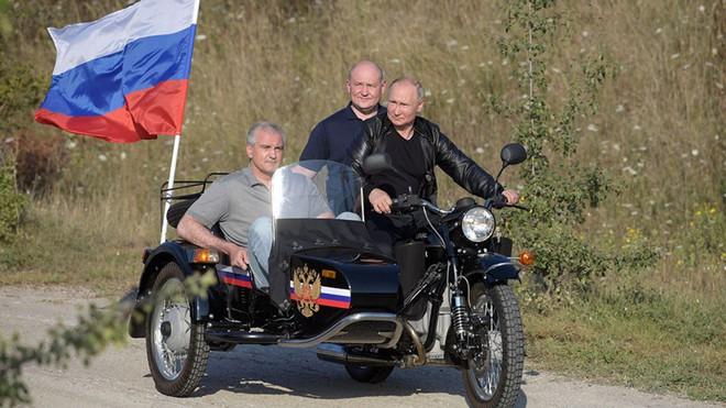 Sau màn trổ tài siêu ngầu ở Crimea, TT Putin bị người dân đòi... phạt tiền vì lí do ít ai ngờ tới - ảnh 1