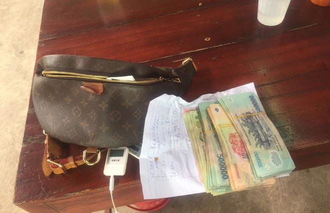Chủ quán bún Hà Nội trả lại khách 100 triệu trong túi xách bỏ quên - Ảnh 1.