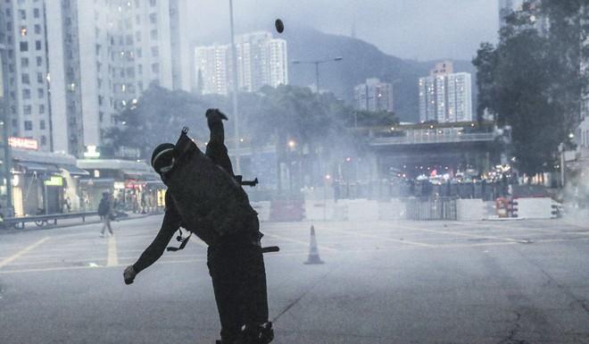 Nói ủng hộ cảnh sát ở sân bay Hồng Kông, thanh niên Trung Quốc bị người biểu tình bắt trói - Ảnh 3.