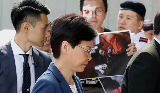 Nói ủng hộ cảnh sát ở sân bay Hồng Kông, thanh niên Trung Quốc bị người biểu tình bắt trói - Ảnh 4.