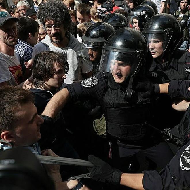 Nghị sĩ Nga bất đồng với Kremlin, chỉ trích cảnh sát dùng vũ lực trấn áp người biểu tình ở Moskva - ảnh 3