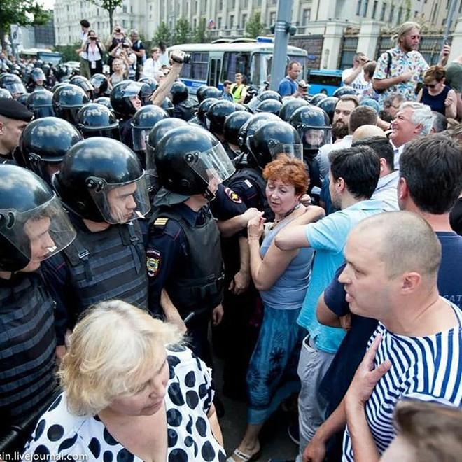 Nghị sĩ Nga bất đồng với Kremlin, chỉ trích cảnh sát dùng vũ lực trấn áp người biểu tình ở Moskva - ảnh 2