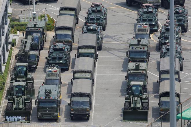 Hàng ngàn binh lính Trung Quốc diễu hành rầm rộ ở nơi chỉ mất 10 phút là tới Hong Kong? - Ảnh 6.