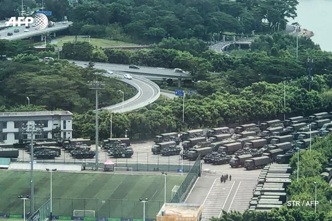 Hàng ngàn binh lính Trung Quốc diễu hành rầm rộ ở nơi chỉ mất 10 phút là tới Hong Kong? - Ảnh 4.