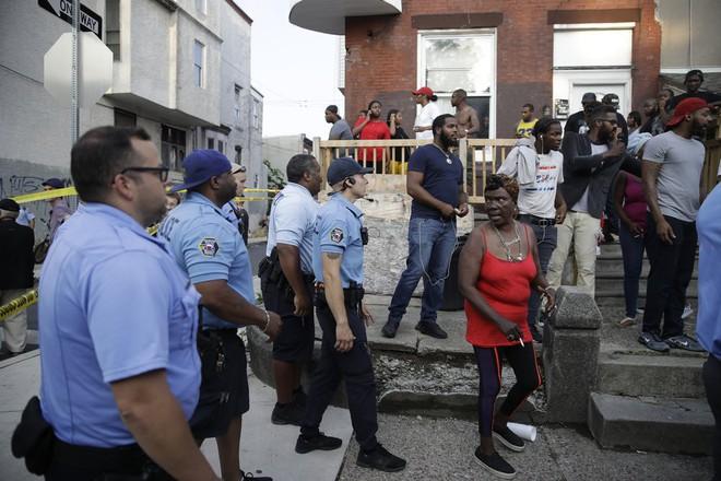 Mỹ: Sáu cảnh sát Mỹ bị thương sau trận đấu súng kịch tính, nghi phạm bị bắt giữ sau nhiều giờ cố thủ - Ảnh 6.