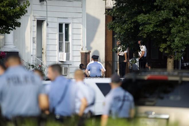 Mỹ: Sáu cảnh sát Mỹ bị thương sau trận đấu súng kịch tính, nghi phạm bị bắt giữ sau nhiều giờ cố thủ - Ảnh 8.