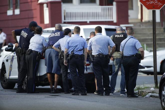 Mỹ: Sáu cảnh sát Mỹ bị thương sau trận đấu súng kịch tính, nghi phạm bị bắt giữ sau nhiều giờ cố thủ - Ảnh 9.