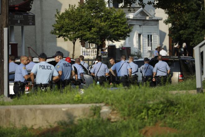 Mỹ: Sáu cảnh sát Mỹ bị thương sau trận đấu súng kịch tính, nghi phạm bị bắt giữ sau nhiều giờ cố thủ - Ảnh 10.