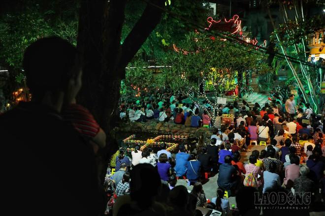 Hàng nghìn người ngồi kín chùa Phúc Khánh nghe giảng kinh trong lễ Vu Lan - Ảnh 1.
