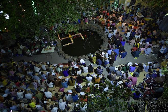 Hàng nghìn người ngồi kín chùa Phúc Khánh nghe giảng kinh trong lễ Vu Lan - Ảnh 2.