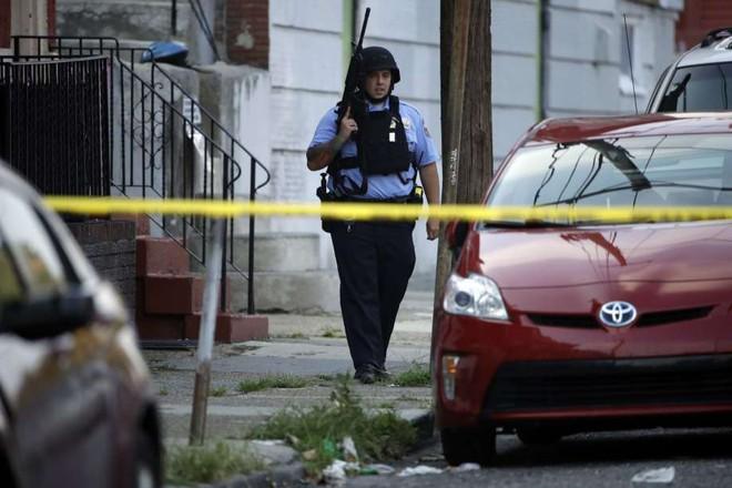 Mỹ: Sáu cảnh sát Mỹ bị thương sau trận đấu súng kịch tính, nghi phạm bị bắt giữ sau nhiều giờ cố thủ - Ảnh 3.