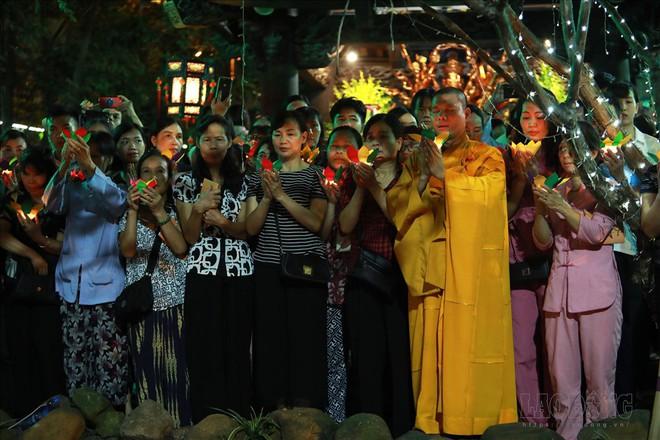 Hàng nghìn người ngồi kín chùa Phúc Khánh nghe giảng kinh trong lễ Vu Lan - Ảnh 9.