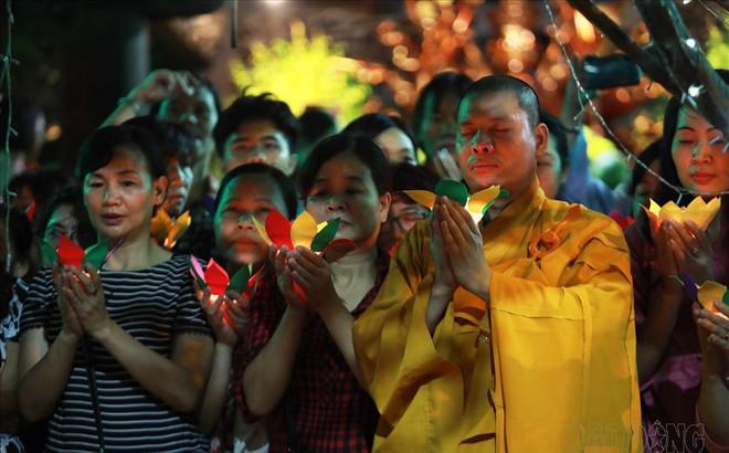 Hàng nghìn người ngồi kín chùa Phúc Khánh nghe giảng kinh trong lễ Vu Lan