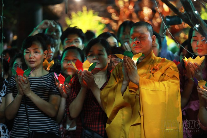 Hàng nghìn người ngồi kín chùa Phúc Khánh nghe giảng kinh trong lễ Vu Lan - Ảnh 10.