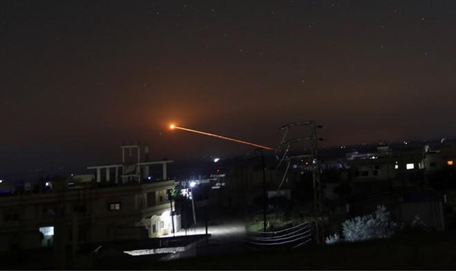 Syria bắn hạ tên lửa tấn công địa bàn đặt hệ thống S-300, S-400 Nga sẵn sàng khai hỏa - Ảnh 10.