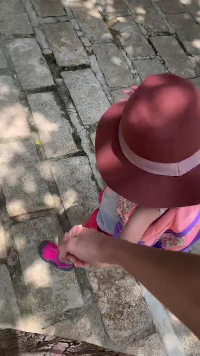 Tăng Thanh Hà dắt con gái đi học, vô tình làm lộ gương mặt cô bé vì sự cố bất ngờ - ảnh 1