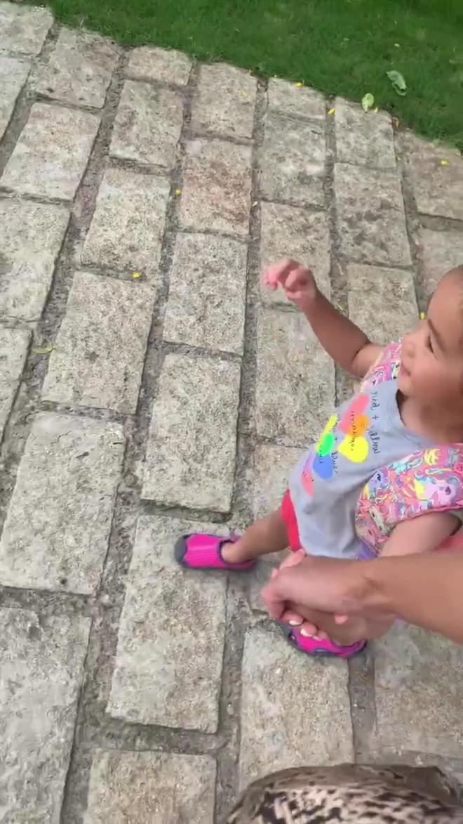 Tăng Thanh Hà dắt con gái đi học, vô tình làm lộ gương mặt cô bé vì sự cố bất ngờ - ảnh 3