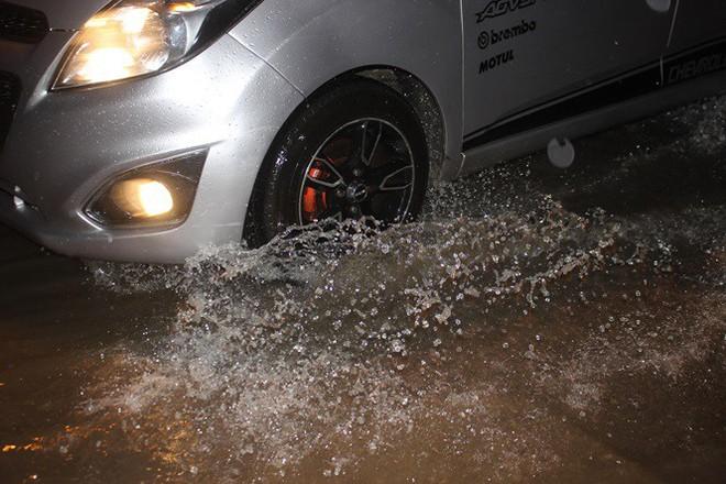 Nhà dân Hà Nội mênh mông nước vì mưa lớn vào đêm muộn ngày Vu lan - Ảnh 4.