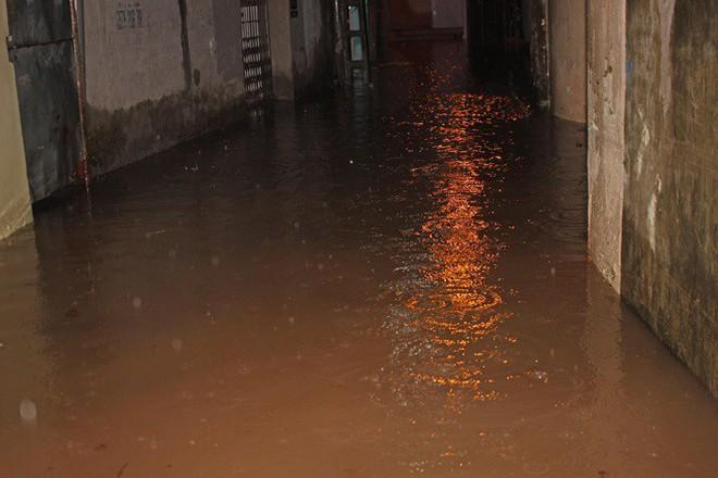 Nhà dân Hà Nội mênh mông nước vì mưa lớn vào đêm muộn ngày Vu lan - Ảnh 6.