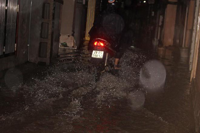 Nhà dân Hà Nội mênh mông nước vì mưa lớn vào đêm muộn ngày Vu lan - Ảnh 7.