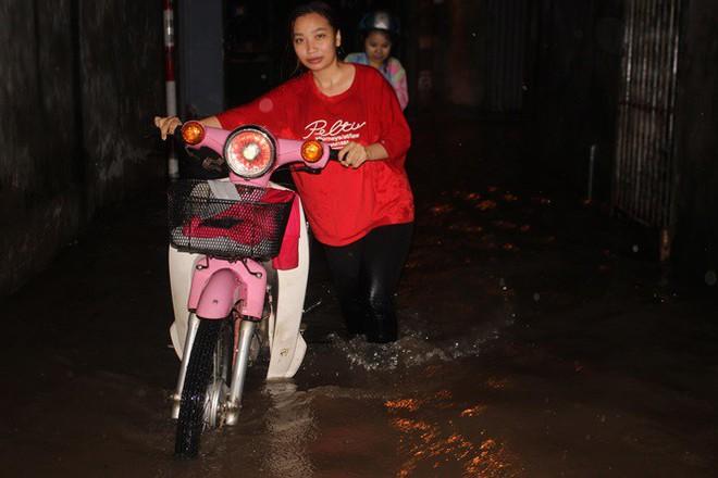 Nhà dân Hà Nội mênh mông nước vì mưa lớn vào đêm muộn ngày Vu lan - Ảnh 9.