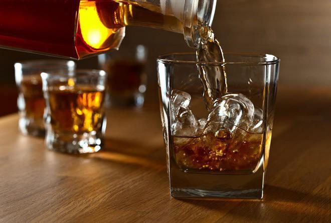 Đàn ông Việt đang tự bào mòn sức khoẻ của nhau bằng thứ đồ uống có chết cũng không thể bỏ - Ảnh 1.