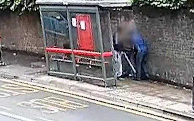 Người đàn ông bị hai kẻ côn đồ đánh dã man giữa đường nhưng phản ứng của nhiều tài xế đi ngang qua mới đáng buồn