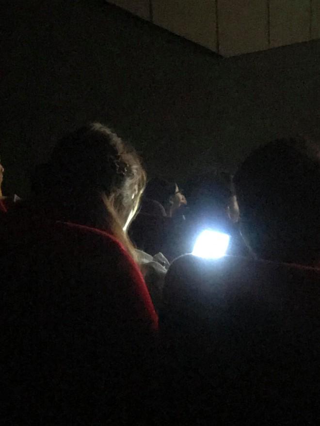 Dùng điện thoại trong rạp chiếu phim, cô gái lại tỏ thái độ khi được nhắc nhở khiến dân mạng phẫn nộ - Ảnh 3.
