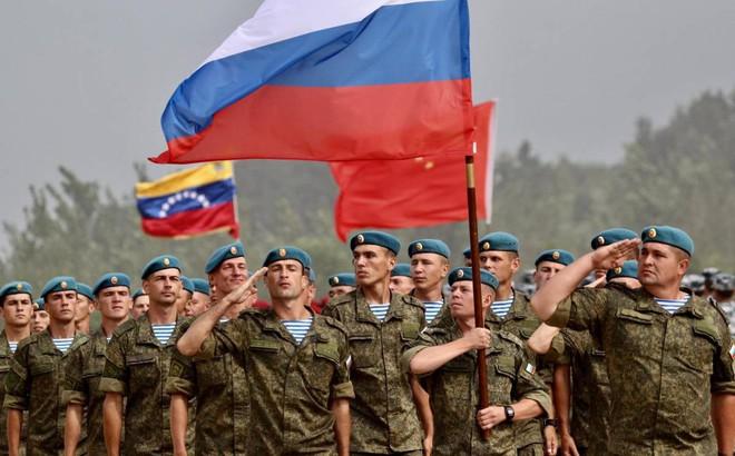 """Lo sợ 10 tỷ USD vũ khí tan biến: Nga """"đâm lao phải theo lao""""?"""