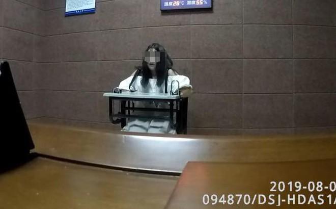 Bị nhìn đểu, nữ sinh 15 tuổi tổ chức đánh hội đồng cướp của nạn nhân